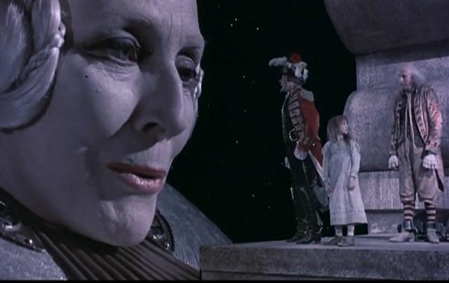 Královna Luny, její hlava, s tělem král obcuje v posteli