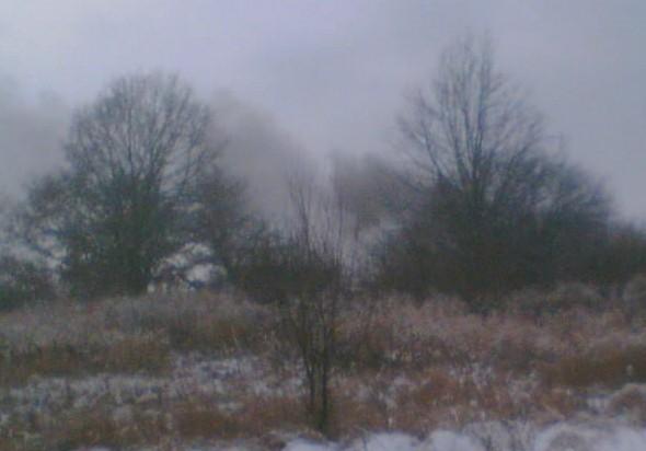 Neznámým musela být hodně zima, že se rozhodli otravovat širé okolí nepříjemným dýmem asi z pneumatik, nebo izolace kabelů