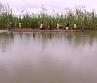 Na lovu krokodýlů, kteří dosahují až čtyř metrů délky, ve vratkém člunu