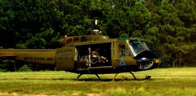 Časem se ukázalo, že záchrana zhruba stovky vojáků je nad možnost jednoho vrtulníku a při návratu na základnu se přidal další z pilotů