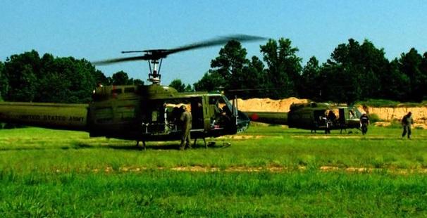 Pilot se rozhodl jim pomoc v rámci svých možností i za cenu nedodržení dosavadních pravidel zavedených během nasazení amerických instruktorů