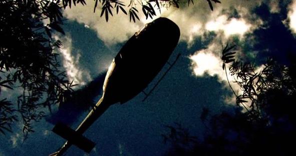 Dostal se pod palbu z ručních zbraní nepřátelských jednotek nad místem přistání na cestě v džungli