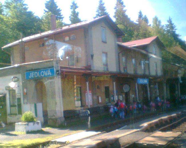 Náš vlak se téměř vylidnil vzhledem k tomu, že se jedná o přestupní stanici do středních Čech