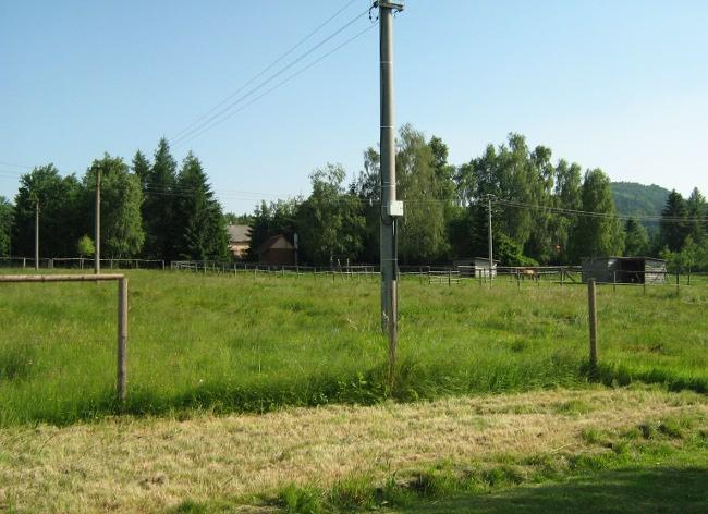 Pohled na pastviny z druhé strany asi padesát metrů od místa, kde mne málem jebla zmije