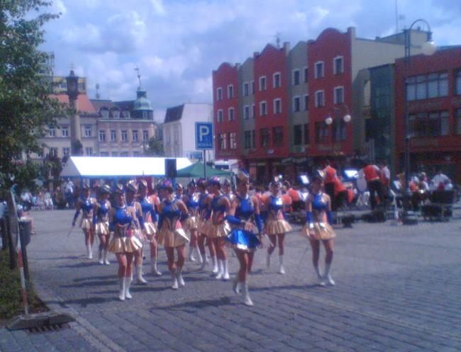 Odpoledne jsme všichni vyrazili do rodného Rumburka, kde zrovna probíhala nějaká oslava na náměstí