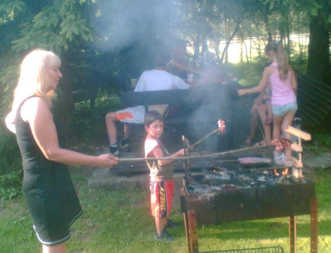 Dorazila kolem pátý a začali jsme opékat buřty a grilovat naložený masíčko od Veroniky