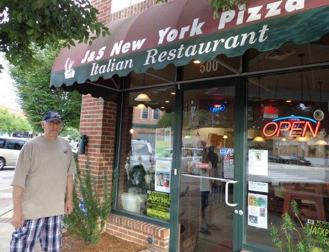"...a vyrazili do nove otevrene "" Pizzy"" v Brooklynskem stylu, v mestecku Apex, kam podle postovniho uradu patrime. Severni Karolina je velika zhruba jako Cesko."