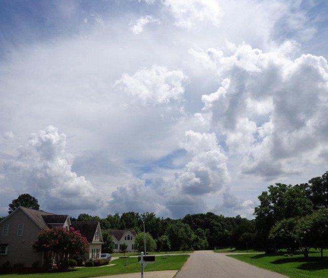 "Od ""naseho"" na zapad obloha neudela ostudu nazvu ulice ""Sky Meadow drive""."