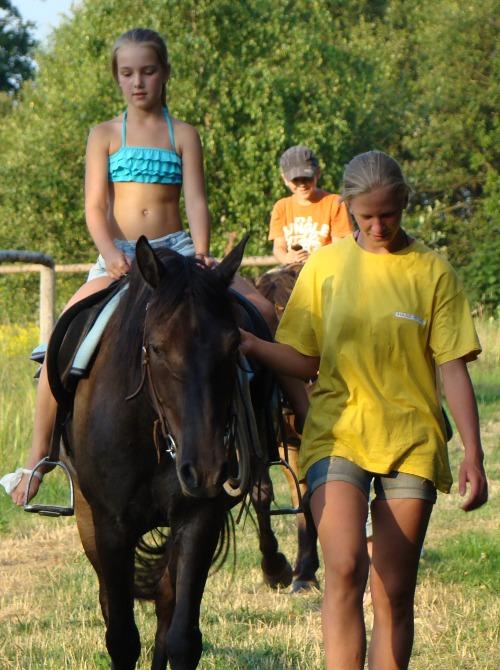Když se místní děvčata Terezka se Simonou vrátila z rajtování v lese zakončeném plavením koní v nedalekým rybníku