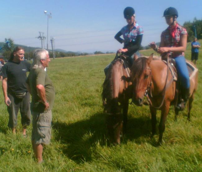 Majitel pastvin s otcem jedné z našich jezdkyň