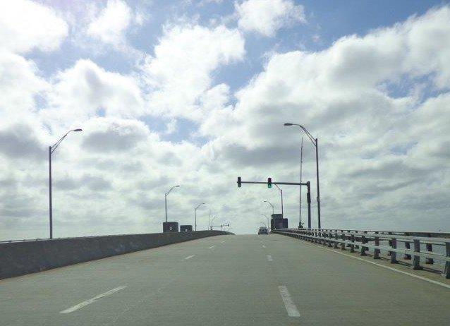 Jedeme na zvedací - otvírací most. Žádná velká loď na obzoru, můžeme jet.