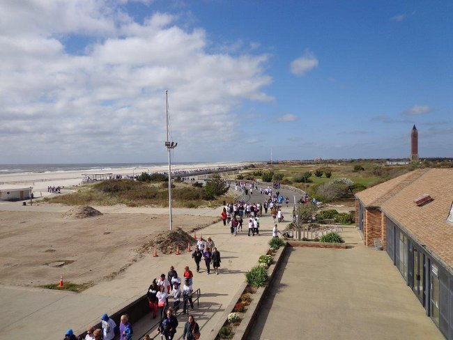 Vylezl jsem na střechu, aby bylo vidět, jak asi Jones Beach vypadá. Zrovna tam aktivisté pochodovali a shromažďovali peníze na výzkum proti rakovině slinivky.