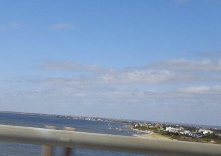 Opustili jsme Ocean Parkway a dali se na jih po Robert Mosses Causeway, pohled na západ, směr Jones Beach asi 12 kilometrů daleko
