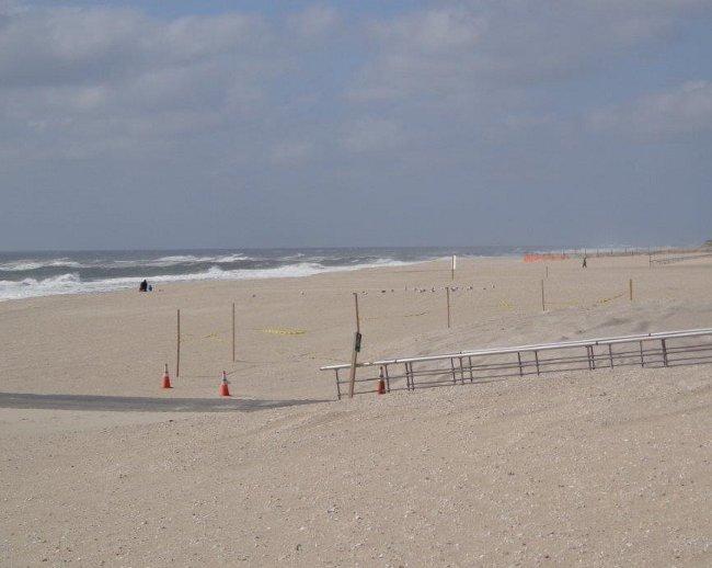 Otevřený Atlantic. Voda je stále teplá 16 stupňů Celsia. Fouká, písek řeže do tváří. Pohled na Západ.