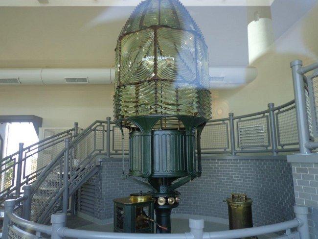 Tak aspoň přes okno, Fresnelova soustava čoček, která je použitá, aby bylo vidět do dálky světlo majáku. Zajímavý?