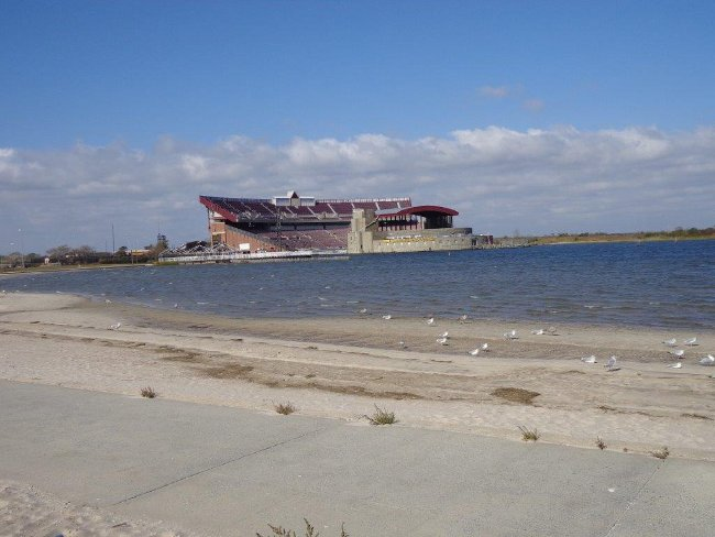 """Na cestě domů poslední zastavení a fotka Nicon-Jones Beach Theater. I ten byl pod vodou. Samozřejmě """"pouze"""" jeviště a první tři řady sedadel. Theater je ze tří stran obklopený vodou."""