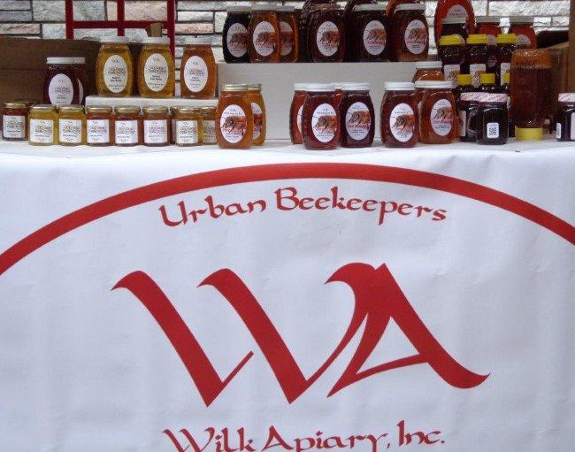 """Včelí med firmy """"Urban"""", česky už bohužel na stánku nikdo nemluvil"""