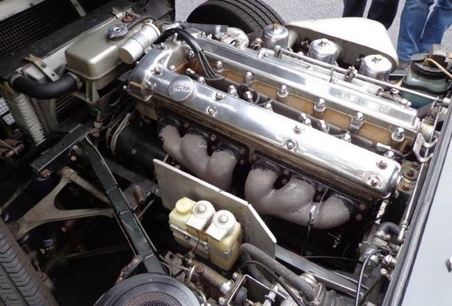 Motor pouze 6 válcového jaguara