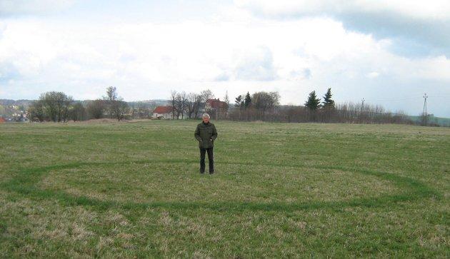 Nad městským hřbitovem  několik desítek metrů od popraviště českých vzbouřenců na konci I. světové války sestra objevila další zajímavý kruh