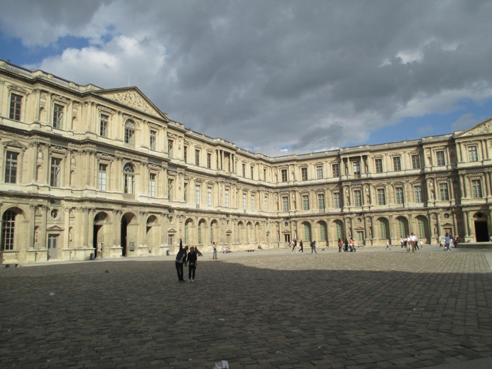 Oblaka nad Louvrem