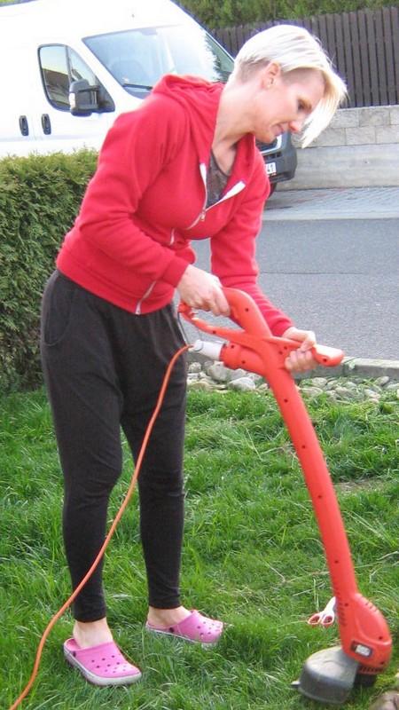 Ještě jednou Nika při zahradničení