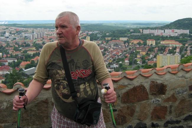 Na Hněvín - pod vrcholkem po mé levé ruce je nemocnice (Na kraji města), kde mi dvakrát moc pomohli